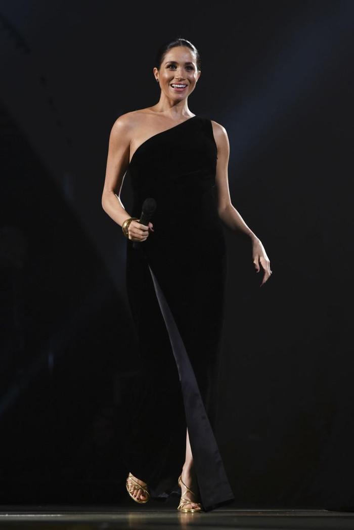 Bà bầu hoàng gia xinh đẹp khi diện váy dạ hội màu đen dài chấm đất, hở một bên vai của thương hiệu Givenchy, tóc búi gọn phía sau.