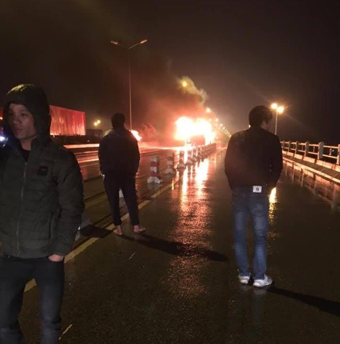 Nhiều tài xế hốt hoảng khi chứng khiến xe khách bốc cháy dữ dội.