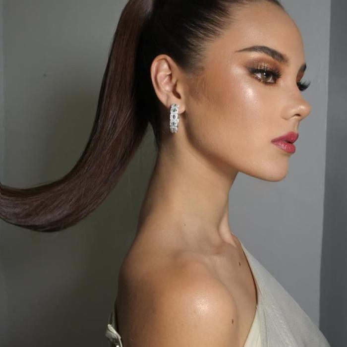 Người đẹp mang dòng máu lai chào đời năm 1994 tại nước Úc. Cha cô là người Úc gốc Scotland, mẹ là người Philippines. Sau khi tốt nghiệp trung học, cô dọn về sinh sống ở thủ đô Manila của Philippines.