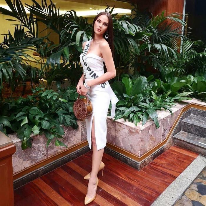 Trong 2 tuần có mặt ở Thái Lan tham dự cuộc thi, Catriona Gray gây ấn tượng bởi phong thái cuốn hút, rạng rỡ.