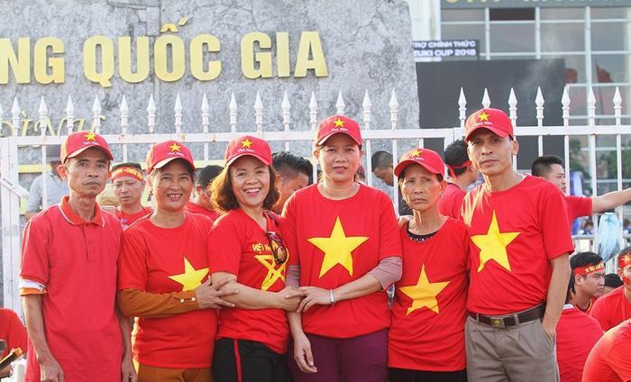 Bà Hiền lần đầu tiên ra SVĐ Mỹ Đình để xem con thi đấu trong trận gặp Philippines. Ảnh TK
