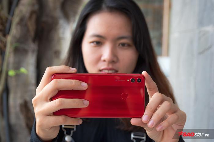 Cụm camera kép và chữ AI Camera đặt dọc giúp mỗi lần bạn cầm máy ngang để chụp ảnh trông khá ngầu