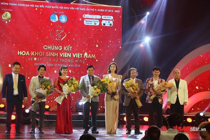 Dàn khách mời lên nhận hoa của Ban tổ chức.