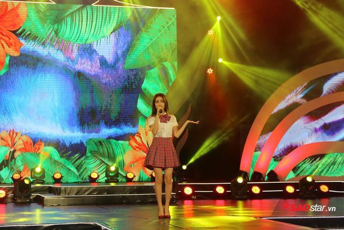 Hòa Minzy là ca sĩ biểu diễn mở màn cho đêm Chung kết tối nay.