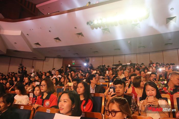 Hội trường có rất nhiều khán giả đến xem và cổ vũ cho các thí sinh trong đêm chung kết.