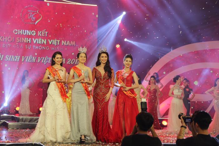Vương miện Hoa khôi sinh viên 2018 được trao tặng trên sân khấu bởi Hoa khôi Sinh viên 2017 Phạm Thu Hà.