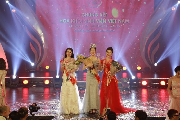 Top 3 thí sinh xuất sắc nhất (từ trái sang): Á khôi 1 – Lò Thị Huyền Trang, Hoa khôi – Nguyễn Thị Phương Lan và Á khôi 2 – Nguyễn Thảo Vi