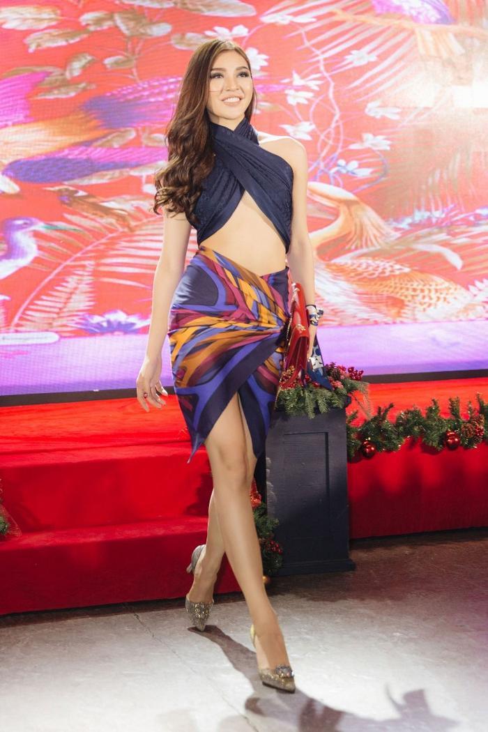 gợi cảm mà không bị lố lăng, phản cảm là những gì khán giả có thể nhận thấy trong trang phục của Bùi Lý Thiên Hương.