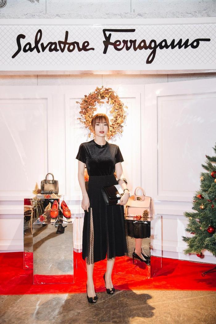 Trong sự kiện còn có sự góp mặt của Ninh Dương Lan Ngọc. nữ diễn viên lựa chọn chiếc váy chất liệu nhung ấn tượng.
