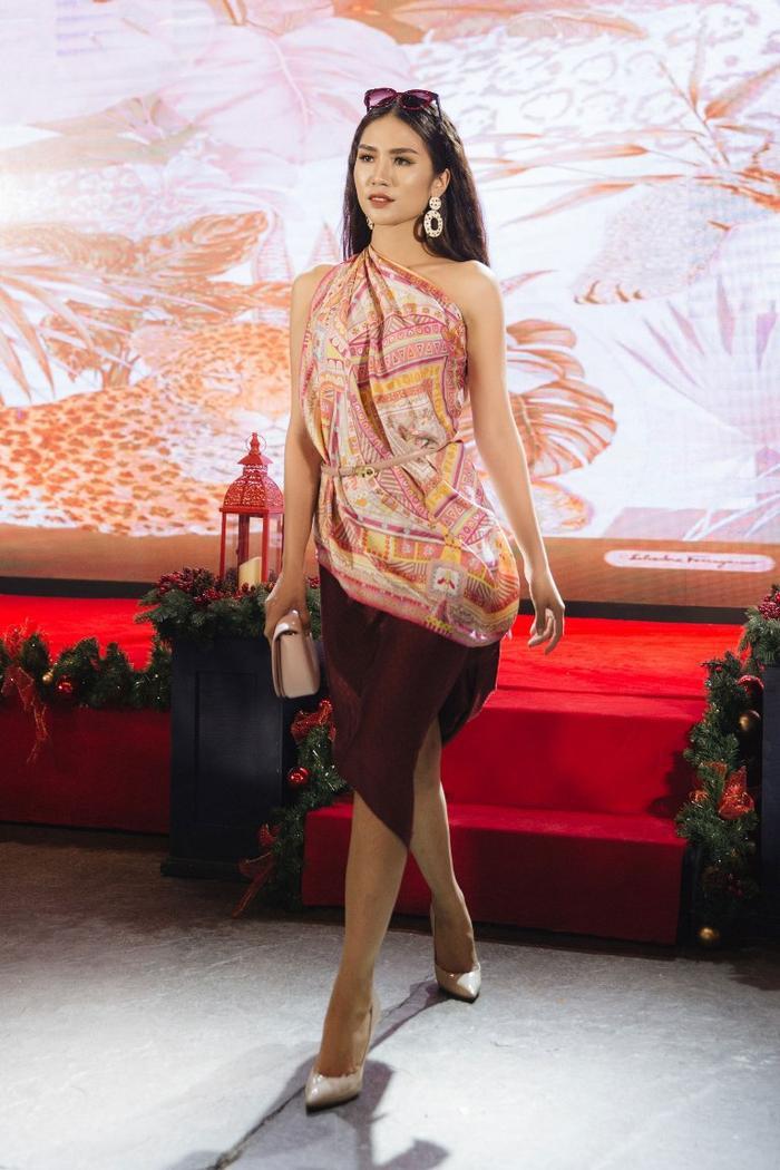 Hải Yến - bóng hồng từng bị Hương Giang dắt tay vào vòng nguy hiểm vô cùng duyên dáng trong combo váy áo được quấn bằng hai chiếc khăn màu sắc.