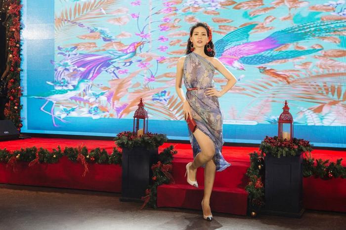 Giải Vàng siêu mẫu Việt Nam 2018 - Quỳnh Hoa khoe dáng nuột, eo thon trong chiếc váy được tạo thành từ chiếc khăn có kích thước lớn.