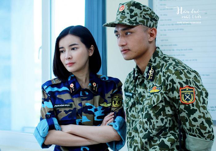 Trong phim, câu chuyện tình cảm giữa Trung úy Minh Ngọc và Trung sỹ Bảo Huy rất cảm động