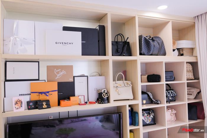 Túi xách là phụ kiện được yêu thích nhất, vì thế kệ túi xách được Quỳnh Hoa trưng bày ngay tại phòng ngủ với hàng loạt thương hiệu nổi tiếng.