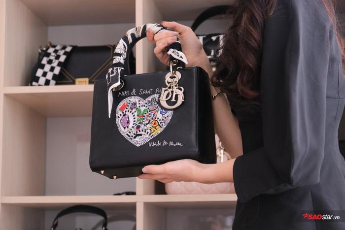Đặc biệt chiếc túi này có giá 100 triệu.Ngoài những chiếc túi xa xỉ, có một số túi được Quỳnh Hoa vẫn trưng bày một số thương hiệu bình dân vì nó mang ý nghĩa vật kỉ niệm.