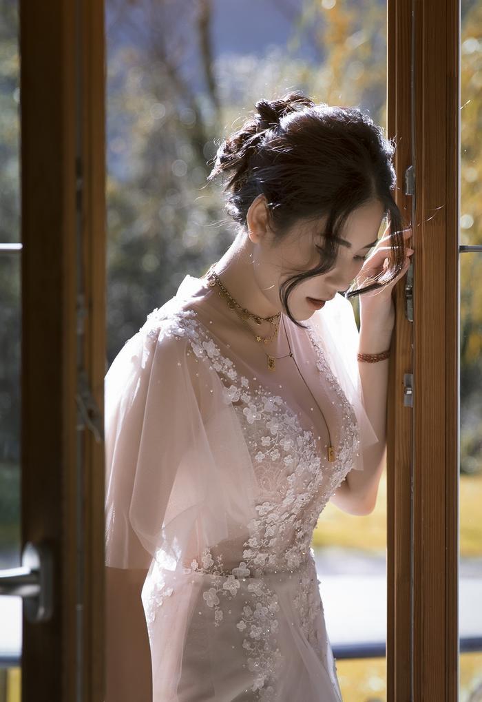 Nhưng đương nhiên không thể thiếu váy cưới xuyên thấu với độ quyến rũ đỉnh cao