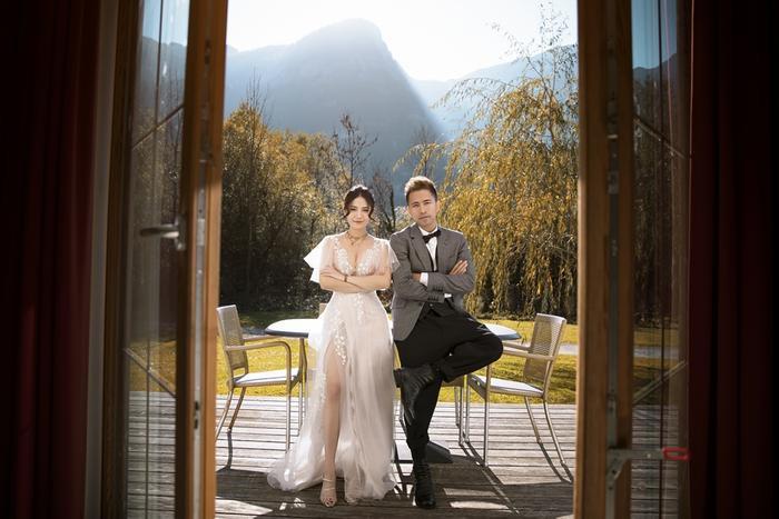 Váy cưới xuyên thấu mong manh kết hợp với đường xẻ cao khiến nàng dâu khoe trọn được vẻ gợi cảm