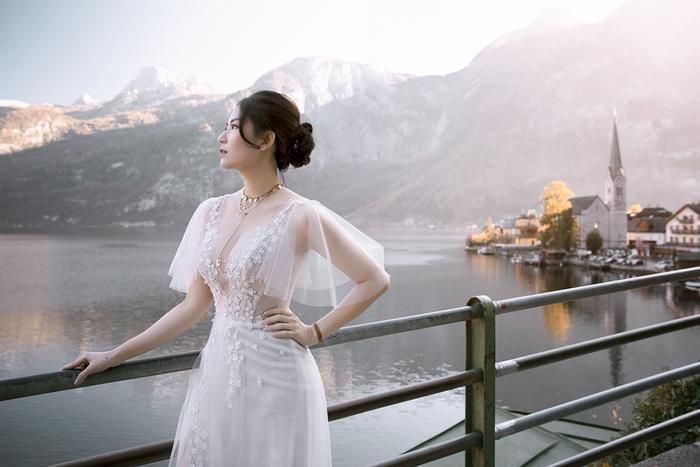 Màu trắng tinh khôi và những đóa hoa 3D tinh tế tạo vẻ kiêu sa cho nàng dâu