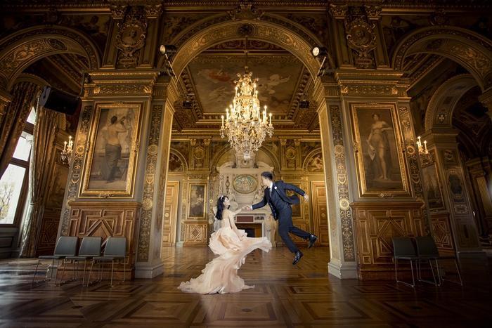 Nếu bạn chụp hình cưới trong các lâu đài cổ, đừng quên chọn những chiếc đầm cưới lộng lẫy để hóa thân thành nàng công chúa cổ tích