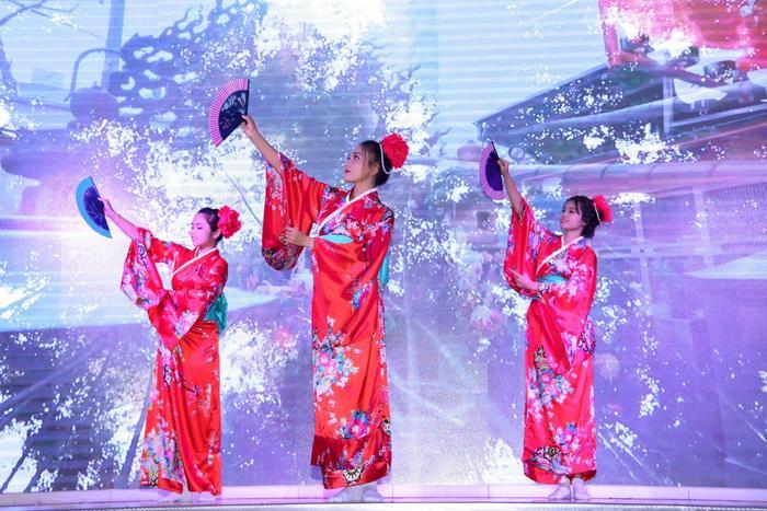 Tiết mục múa mở màn vô cùng ấn tượng mang đậm phong cách Nhật Bản.