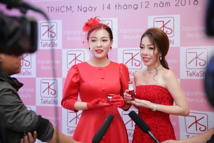 CEO Thái Ngân trả lời phỏng vấn trước truyền thông.