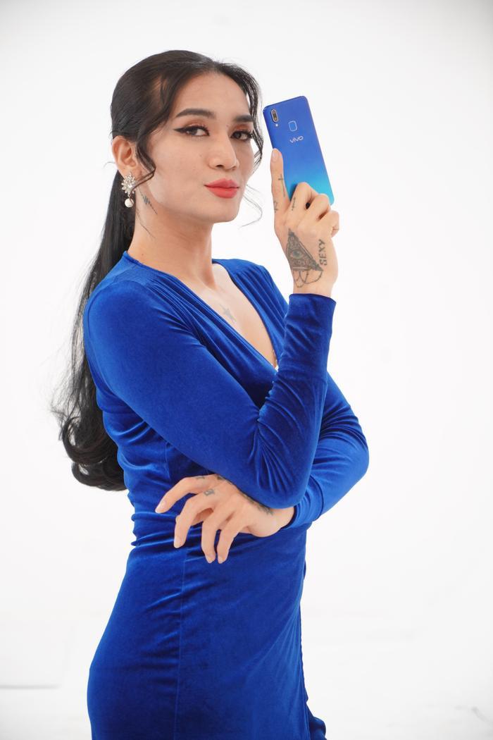 Để ý mới thấy, con gái xương vai ngang hoặc bắp tay to thì nên chọn kiểu váy áo tay dài như BB Trần đây, góc nghiêng mà vẫn đẹp thần thái như thế này.