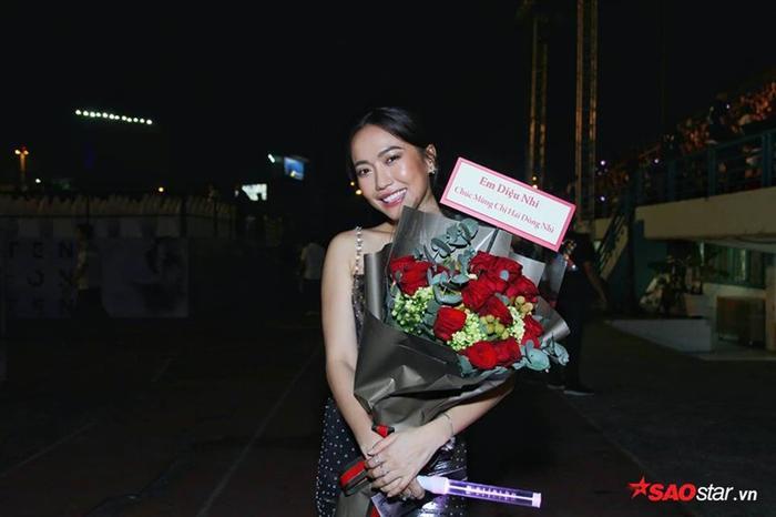Diệu Nhi tới từ rất sớm để ủng hộ nữ ca sĩ Đông Nhi.