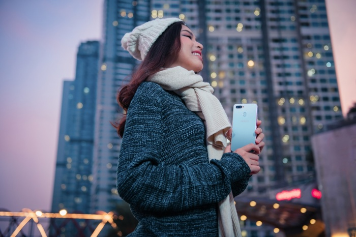 Chiếc điện thoại như một phụ kiện thời trang mang đến sự sành điệu và năng động cho các bạn trẻ.