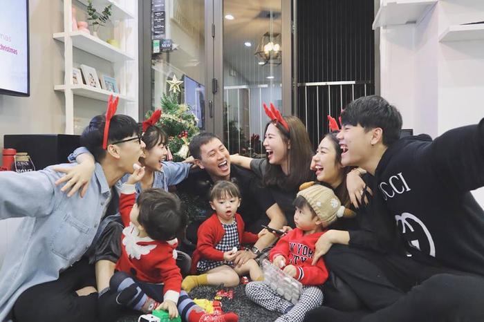 """Trang Lou vui giáng sinh bên hội bạn thân, trong đó có hot mom Heo Mi Nhon. Cô viết: """"Xoài Cam Đậu: Chả hiểu mấy ông bà này cười gì?""""."""