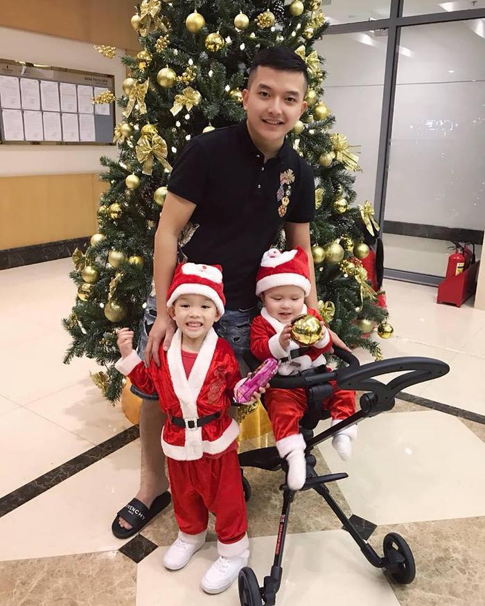 """Hot mom Huyền Bé đón Giáng sinh ấm áp bên cạnh chồng và """"hai ông già Noel"""" đáng yêu"""