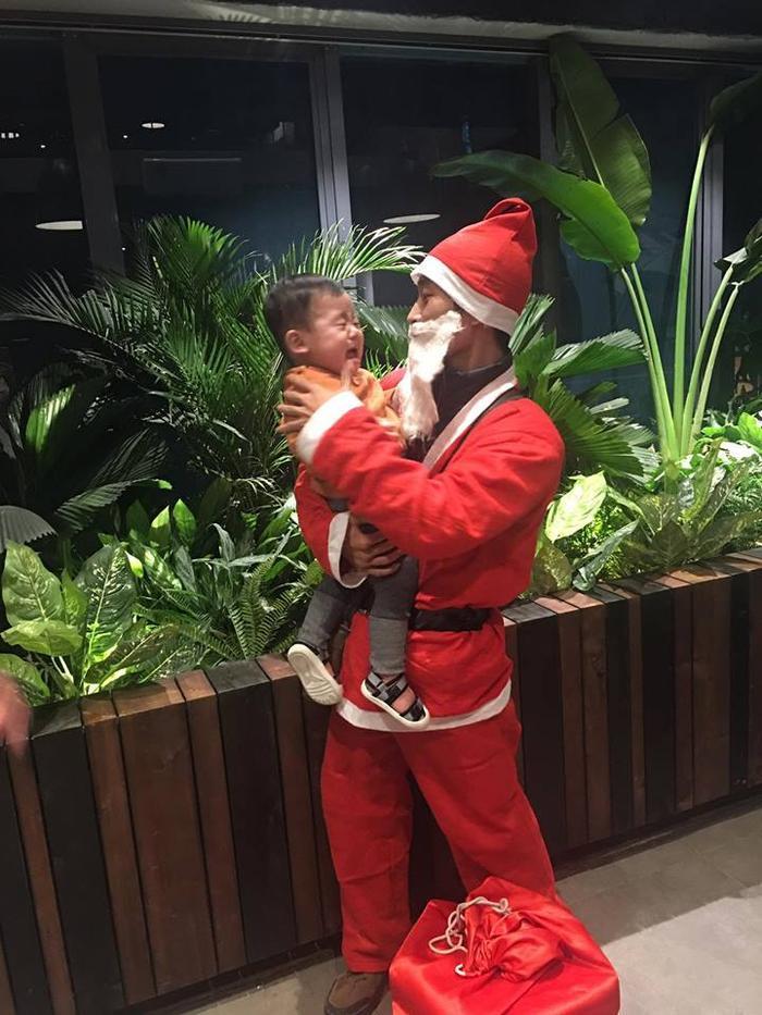 Khi được ông già Noel bế, bé càng khóc to hơn như thế này