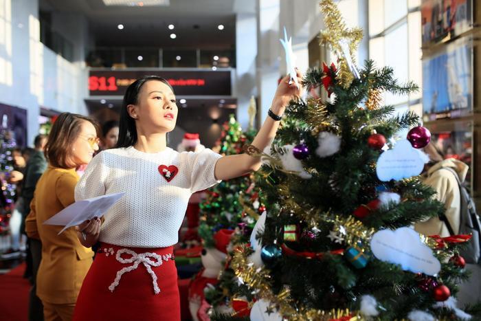 Phương Oanh khá thích thú với những tác phẩm trang trí cây thông Noel tại đây.