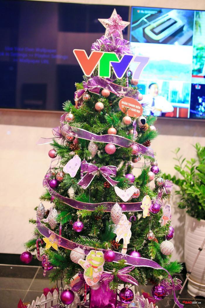 VTV7 với thiết kế chủ đạo là những sợi ruy băng màu tím được treo xung quanh cây thông