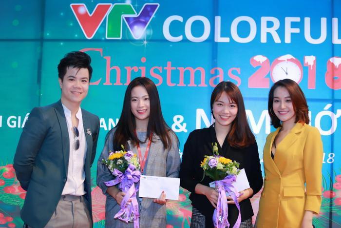 Ca sĩ Đinh Mạnh Ninh và Thu Thủy trao phần thưởng được trao cho các đơn vị còn lại