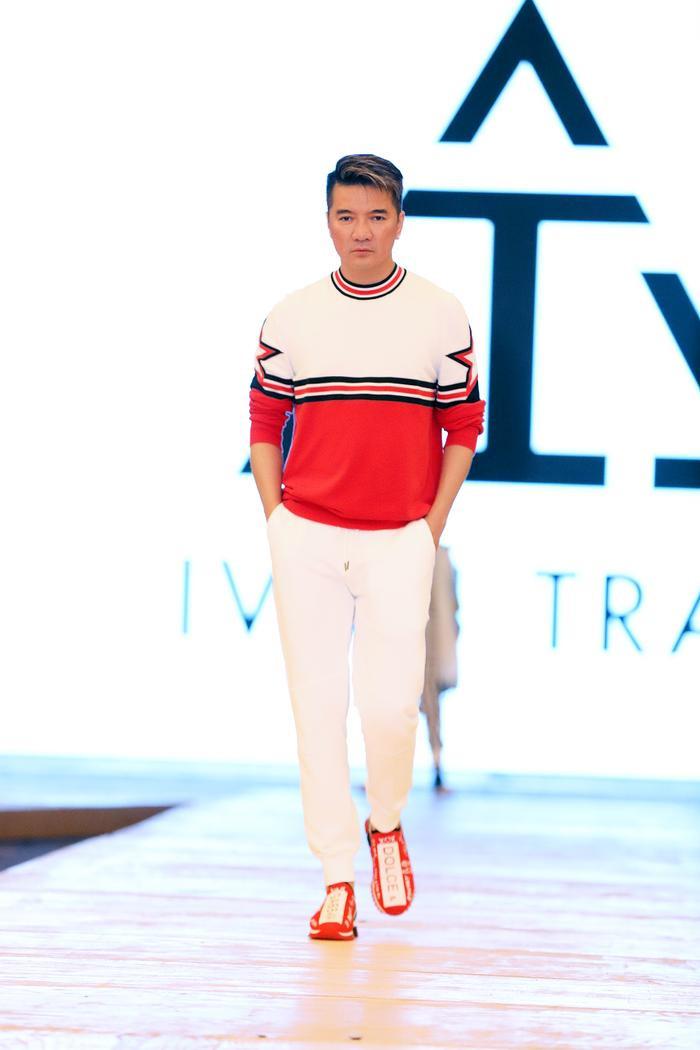 """Lâu lắm rồi mới thấy thần thái catwalk của ca sĩ Đàm Vĩnh Hưng như thế này trong trang phục áo len đỏ """"ton sur ton"""" với đôi giày hiệu D&G"""