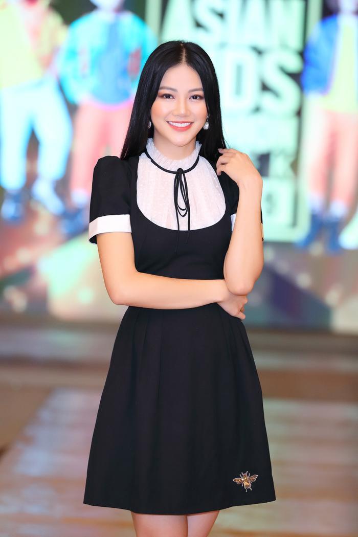 Khác với các trang phục hở bạo cắt xẻ thường thấy, lần này người đẹp Phương Khánh chọn cho mình trang phục kín đáo, đằm thắm