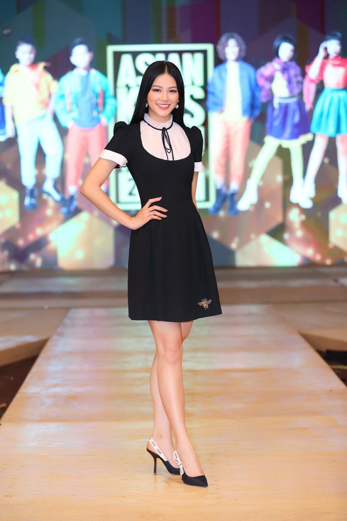 Mái tóc đen buông xõa dài, váy đầm đen suông kiểu cổ Peter Pan tạo nên tổng thể dịu dàng cho nàng Hoa hậu Trái Đất 2018