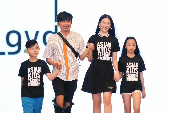 Phương Khánh nô đùa cùng dàn mẫu nhí nắm tay tập dợt đi catwalk cho các bé thiếu nhi.