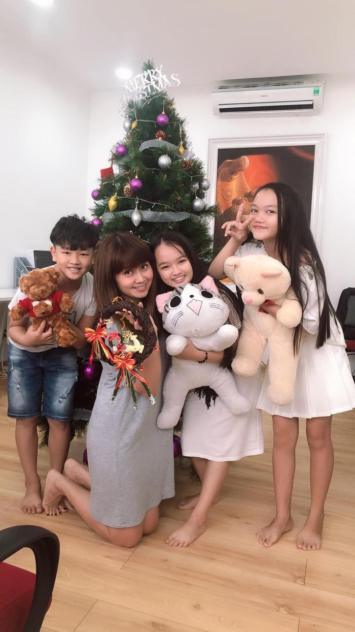 Bên cạnh việc giúp thí sinh có được những phần trình diễn hoàn hảo nhất, nhạc sĩ Lưu Thiên Hương cũng rất gần gũi và được các bé yêu quý.