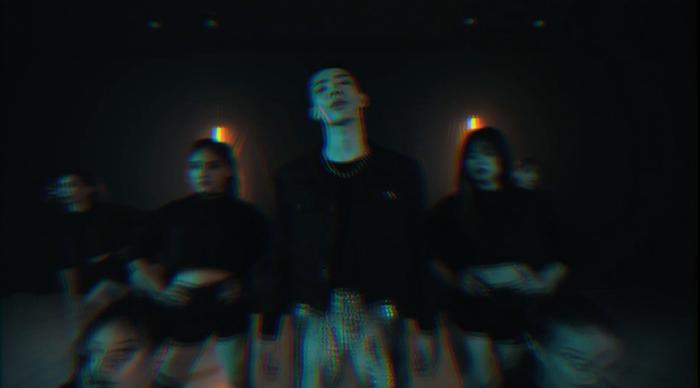Còn trong MV Dance lại mang concept hiện đại với phần hình ảnh mang tông màu tối cùng lượng dancer đông đảo.