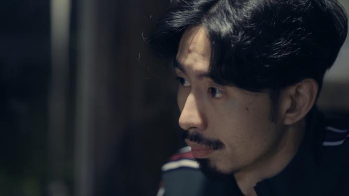 Hình ảnh Đen Vâu trong MV Đố em biết anh đang nghĩ gì.