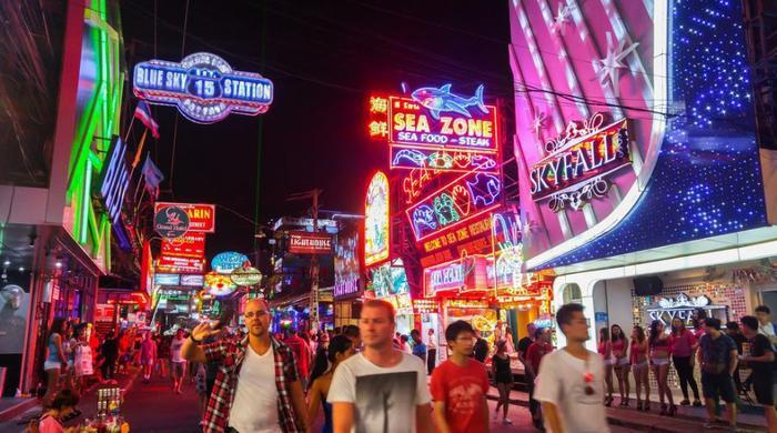 Pattaya về đêm như một bữa tiệc đa sắc màu cho người đồng tính