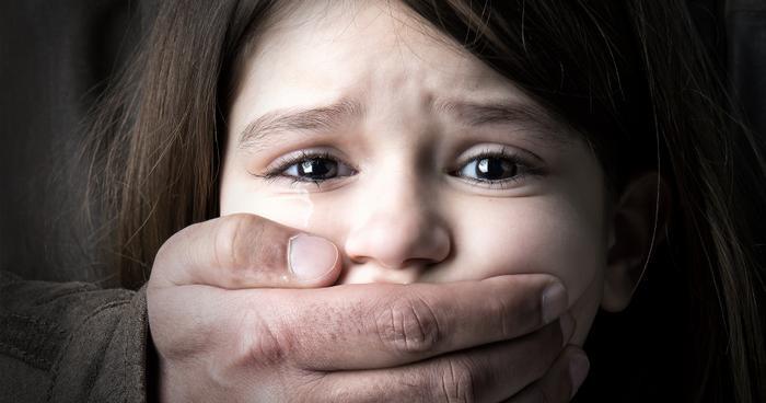 Học sinh 10 tuổi bị bố ruột lạm dụng tình dục