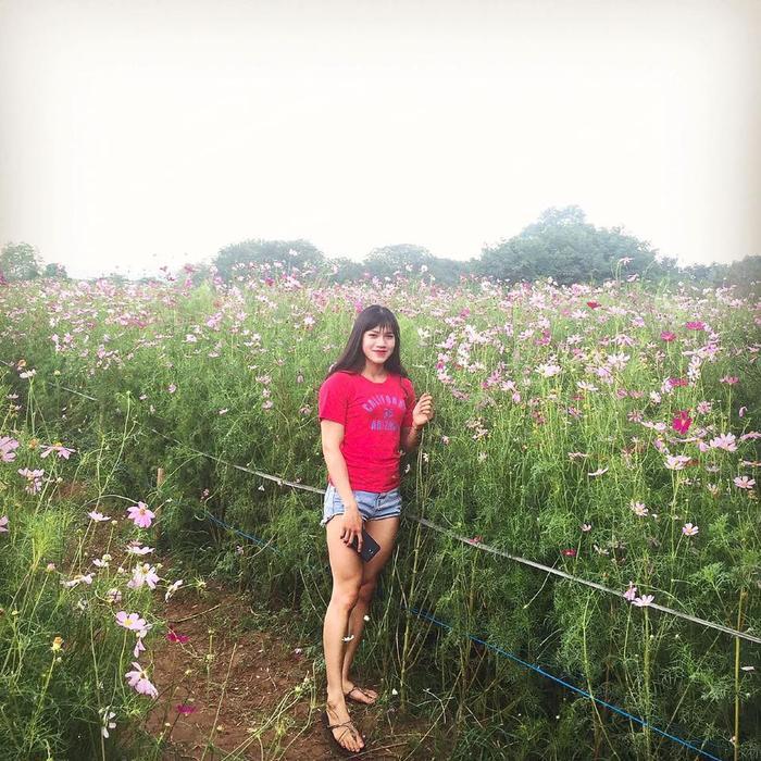 Ny cũng yêu hoa như bao cô gái khác