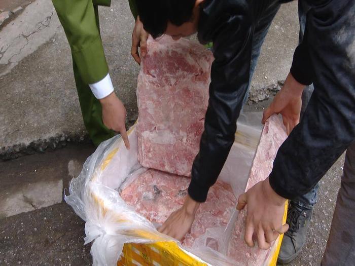 Dù được cấp đông nhưng số nầm lợn đã hư hỏng, vì tảng thịt nào cũng xuất hiện các vết mốc xanh đen.
