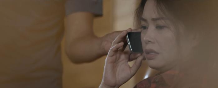 Bà Mỹ ngập ngừng và thể hiện sự thương xót rõ ràng trên gương mặt khi giang hồ bắt gọi điện cho con gái