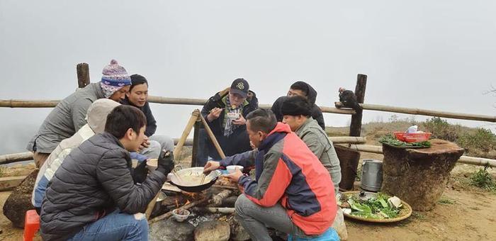 Những buổi tiêc ăn uống ngoài trời trong mây mù và giá lạnh tại Sapa