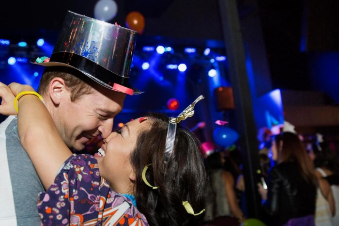 Ở nhiều quốc gia, hôn nhau vào thời khắc giao thừa là nghi thức không thể thiếu của các cặp đôi.