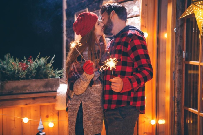 Nụ hôn vào thời khắc năm mới tượng trưng cho một năm ngọt ngào, bền chặt cho các cặp đôi.