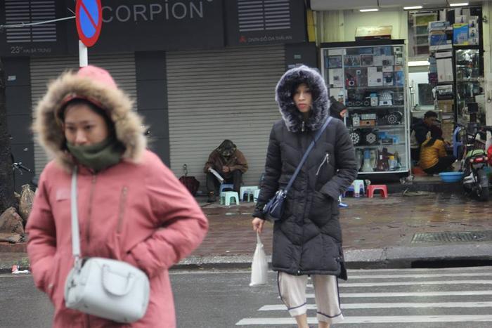 Lúc 7h ngày 30/12, các trạm khí tượng miền Bắc quan trắc được nhiệt độ thấp nhất đồng loạt giảm sâu so với ngày hôm trước. Cụ thể, Hà Đông (Hà Nội) xuống mức 8,8 độ C; Láng (Hà Nội) 9 độ C.