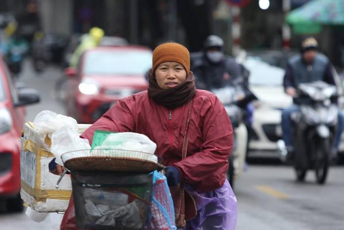 Bên cạnh đó, nhiệt độ xuống thấp, nhiều người dân đã phải mặc nhiều áo ấm, trùm kín người để bớt lạnh mỗi khi ra đường.